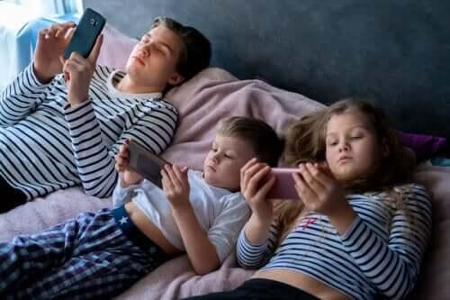過度のスクリーンタイムが子供に与える影響について
