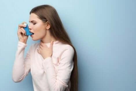吸入器を使う女性
